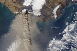 Imagem aérea da NASA da erupção do Eyjafjallajökull, Islândia, 2010. Fonte: http://earthobservatory.nasa.gov/NaturalHazards/view.php?id=43690